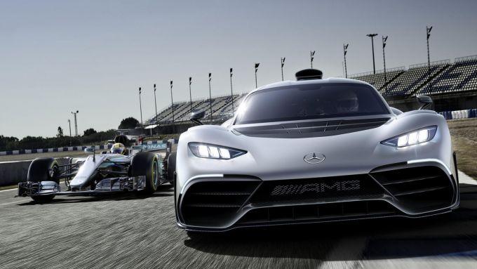 La Mercedes-AMG One accanto alla F1 di Mercedes