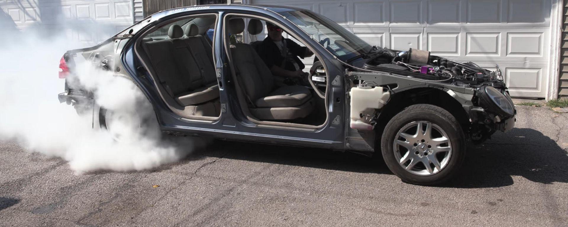 La Mercedes Classe E durante il burnout con la GoPro dentro la gomma