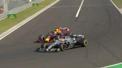La Mercedes F1 di Lewis Hamilton nel sorpasso decisivo su Verstappen (Red Bull) al GP d'Ungheria 2019