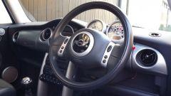 La Mini Cooper S 2002 appartenuta a Madonna: il volante