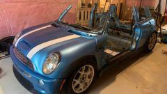 La Mini Cooper S è stata segata a pezzi e poi rimontata in cantina