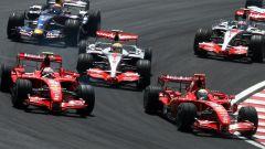 La monoposto di F1 alla prima curva del circuito di Interlagos