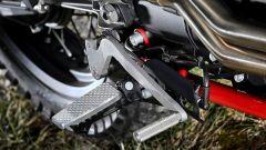 La Moto Guzzi V7 II Stornello ha pedane speciali in alluminio