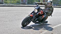 La Moto Guzzi V9 Bobber Sport, nel suo genere, consente buoni angoli di piega