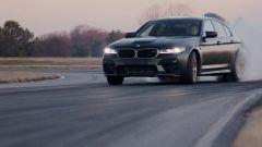La nuova BMW M5 CS a ruote fumanti, nel video con Connor DePhilippi