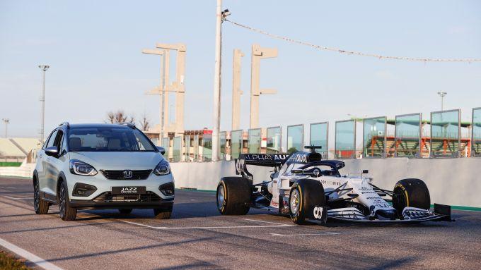 La nuova Jazz Crosstar in compagnia della F1 della scuderia AlphaTauri motorizzata Honda