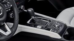 La nuova Mazda CX-5: la leva del cambio e i comandi dell'infotainment