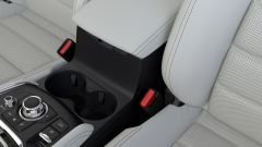 La nuova Mazda CX-5: portabicchieri e bracciolo tra i sedili anteriori