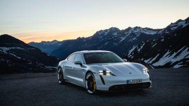 La nuova Porsche Taycan in movimento