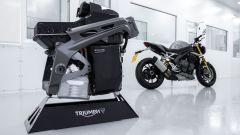 La nuova Triumph Speed Triple 1200 RS con il motore e le batterie della Triumph TE-1 Project