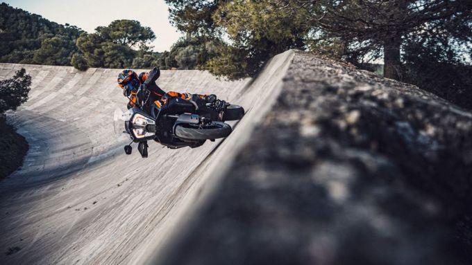 La parabolica non spaventa la KTM 1290 Super Adventure S 2021