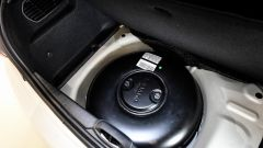 La Peugeot 208 GPL monta un serbatoio toroidale da 33,6 litri collocato al posto della ruota di scorta