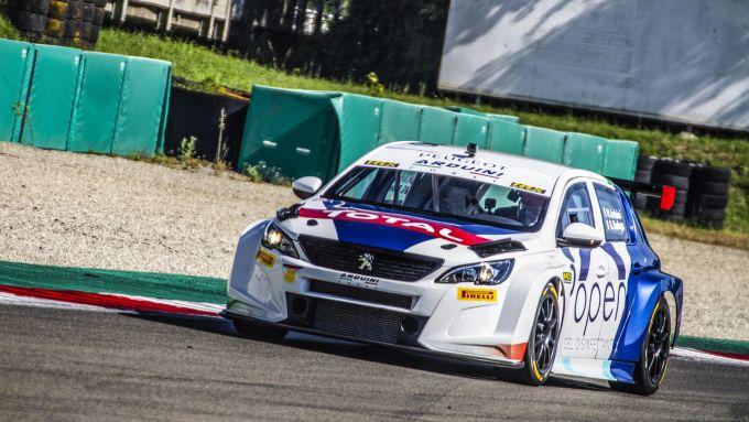 La Peugeot 308 TCR in pista a Varano De' Melegari con Massimo Arduini