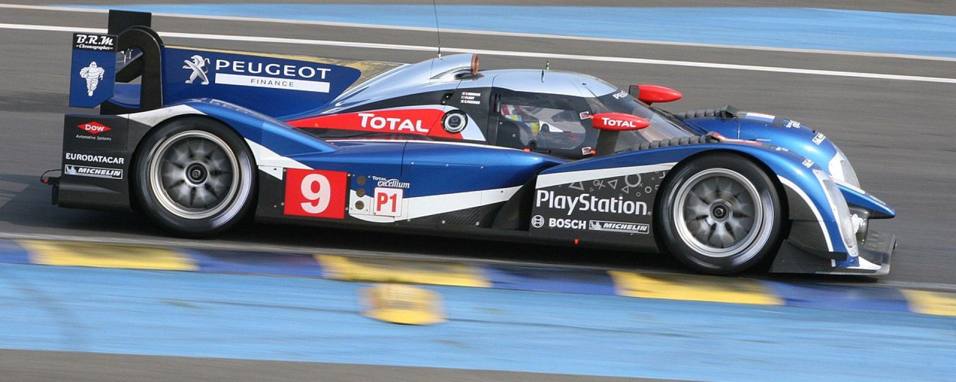 La Peugeot 908 impegnata nella 24 Ore di Le Mans 2011