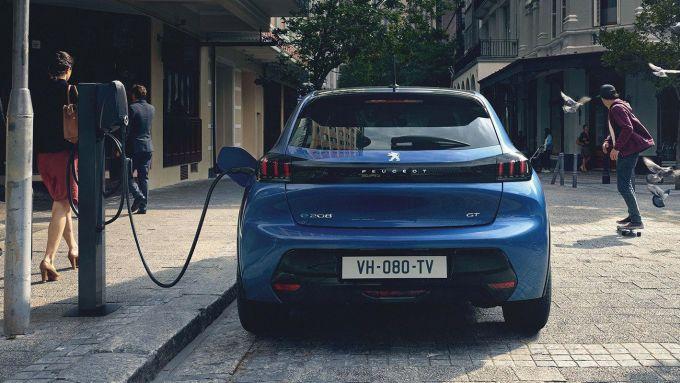 La Peugeot e-208 elettrica in ricarica