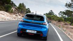 La Peugeot e-208 su strada: dettaglio del posteriore