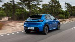 La Peugeot e-208 su strada: si noti la mancanza dei tubi di scarico