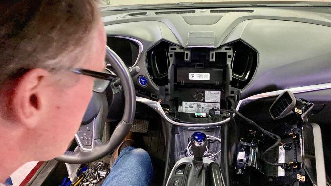 La plancia della Chevrolet Volt messa a soqquadro dall'hacker arruolato dal Washington Post