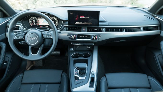 La plancia dell'Audi A4 Avant 40 TDI quattro 2020