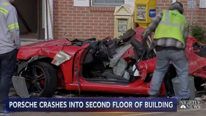 La Porsche Boxster rossa estratta dalle macerie