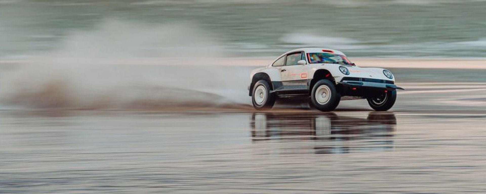 La Porsche di Singer di traverso