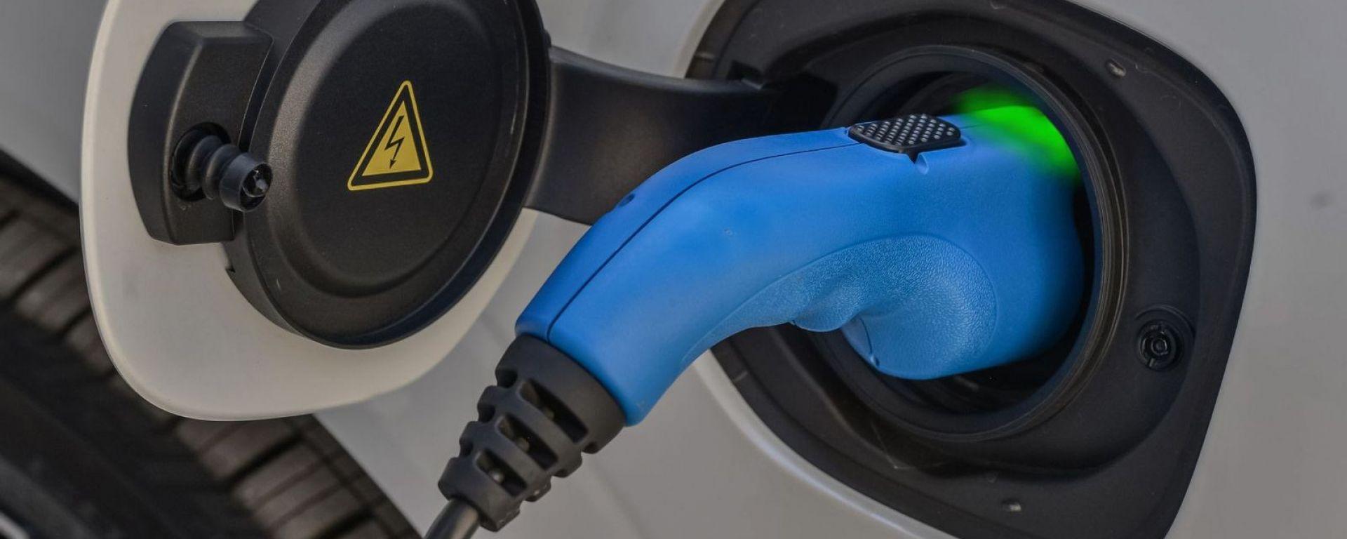 La presa di un'auto plug-in hybrid in ricarica