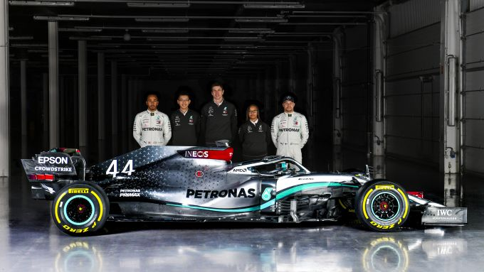 La presentazione della Mercedes F1 W11 con Hamilton, Bottas, Wolff e gli ingegneri Petronas
