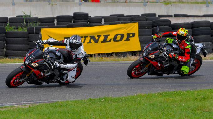 La prima volta in pista, la prima volta con l'Aprilia Tuono V4 1100 Factory, e Lorenzo Savadori (sulla destra) pronto a sorpassa