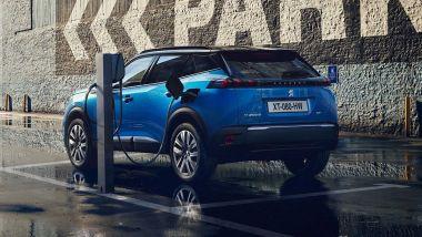La ricarica della Peugeot e-2008