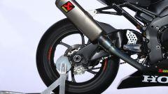 La ruota posteriore e lo scarico della Honda CBR1000RR-R Fireblade SP 2020 pronta per il BSB