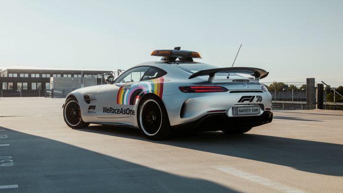 La Safety Car Mercedes 2020 con livrea arcobaleno #WeRaceAsOne