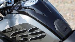La scritta sul serbatoio della BMW R 1200 GS Exclusive è di serie