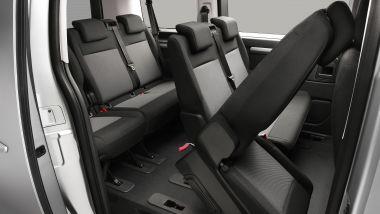 La seconda fila di sedili si alza per favorire il passaggio degli occupanti verso la terza fila