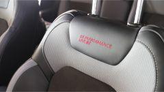 La seduta è confortevole grazie ai sedili in tessuto e pelle griffati Performance Line