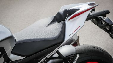 La sella della Aprilia Tuono V4 1100 Factory 2019 è comoda e accogliente