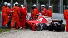 La SF70H parcheggiata sulla ghiaia sopo l'incidente contro le barriere - test day 2 Barcellona