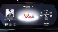 La slitta di Babbo Natale sostituisce il modello della Tesla sul cruscotto