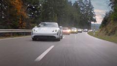 La Taycan Turbo S inseguita da un folto gruppo di Porsche nello spot del Super Bowl 2020