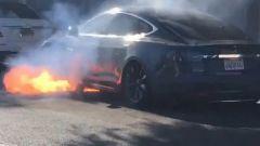 Tesla Model S, un esemplare prende fuoco. E non in seguito a incidente