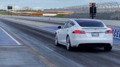 La Tesla Model S P100D che ha stabilito il tempo di 10,452 secondi sul 1/4 di miglio. La futura Plaid sarà notevolmente più rapi