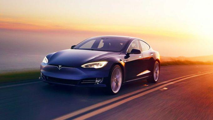 La Tesla Model S vista di 3/4 anteriore