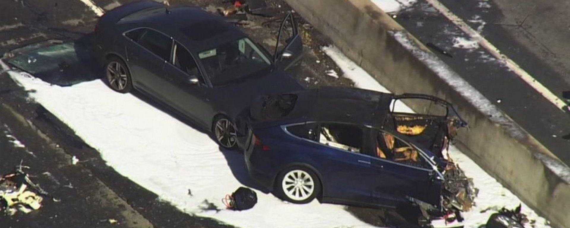 La Tesla Model X distrutta dopo l'impatto col guard rail