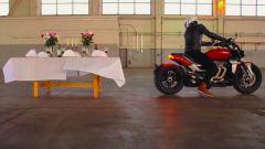 La Triumph Rocket 3 R contro una tavola imbandita