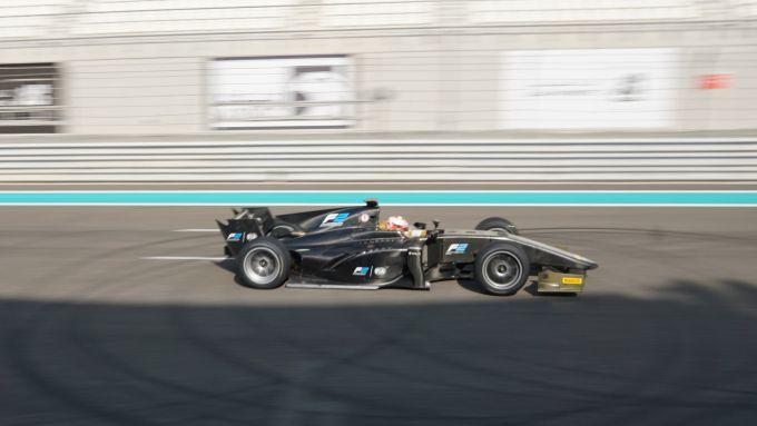 La vettura di F2 utilizzata per testare gli pneumatici con cerchi da 18 pollici