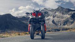 La vista frontale della Yamaha Niken GT 2020 in colorazione Bright Red