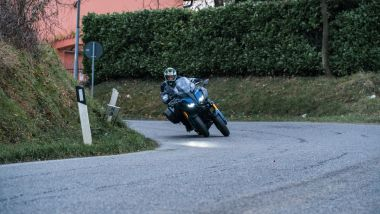 La Yamaha Niken GT piega fino a 45°