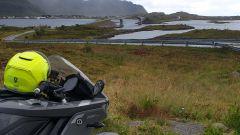 La Zero Motorcycles SR/S di Miriam Orlandi nei pressi del ponte di Kristiansund, in Norvegia