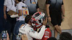 L'abbraccio di Hamilton a Leclerc dopo la bandiera a scacchi del GP Bahrain 2019
