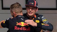 L'abbraccio di Verstappen con gli uomini Red Bull