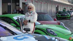 Anziana signora in pista a Monza su Porsche GT3 RS. Video YouTube